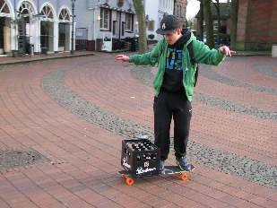 Mobilitätsproblem gelöst Jugendlicher mit Bierkasten auf Skateboard Foto Schruck MG_7467